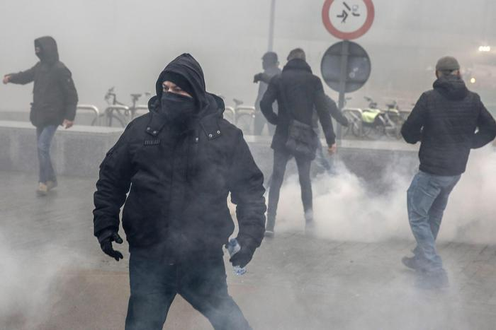 Bruxelles, scontri nel corteo di estrema destra contro migranti: assaltati anche gli edifici dell'Ue