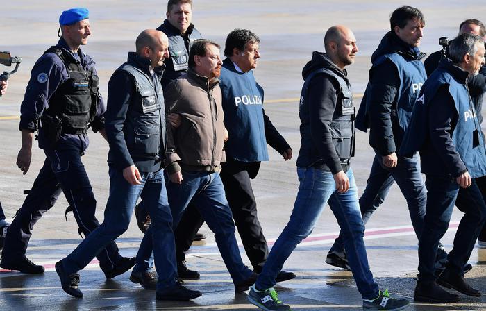 """Cesare Battisti ammette quattro omicidi: """"Ora chiedo scusa"""""""