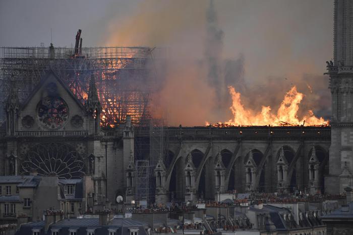 """Parigi, Notre-Dame in fiamme: crollano la guglia e il tetto ma la struttura è salva. Indagine per """"danneggiamento colposo"""""""