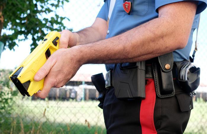 """Sicurezza, l'annuncio di Salvini: """"Pistola elettrica alle forze dell'ordine da giugno"""""""
