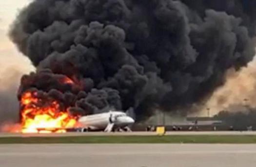 """Mosca, aereo in fiamme.""""Alcuni passeggeri hanno voluto prendere i bagagli. E quelli in fondo sono morti nell'incendio"""""""