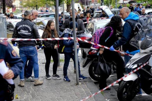 Napoli: in un video il killer spara tra la folla e colpisce la piccola Noemi. Poi scappa via e la scavalca