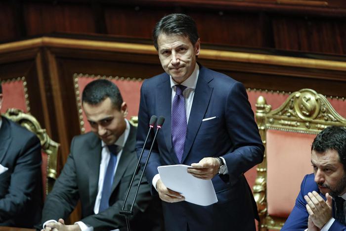 """Flat tax, M5s: """"Facciamola in deficit"""". Conte: """"Progetto non ancora a Palazzo Chigi"""""""