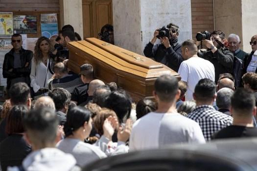 """Monterotondo, folla e applausi ai funerali del padre violento ucciso dalla figlia per difendersi. """"Sei un grande"""""""