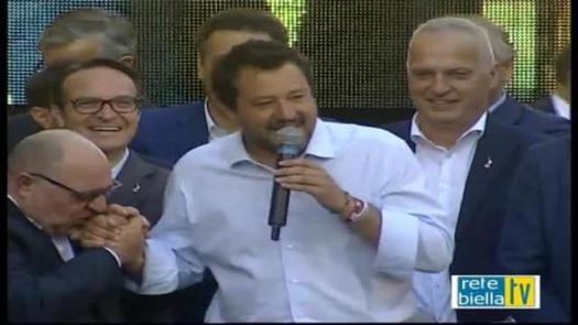 Biella, il candidato Claudio Corradino si inginocchia e bacia la mano di Matteo Salvini