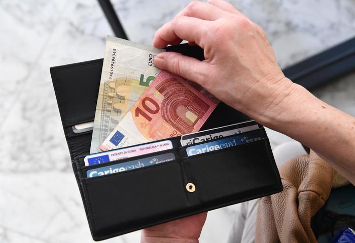 Tasse: italiani pagano 552 euro a testa in più rispetto a tutti gli altri Paesi Ue