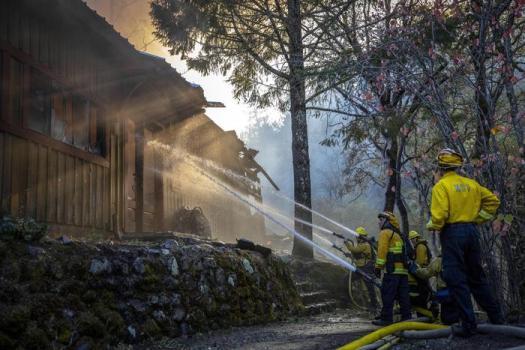 Incendi in California, allarme rosso estremo: previsti venti fino a 130 km/h. E' la prima volta