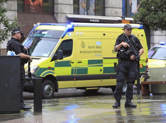 """Manchester, 5 persone accoltellate """"a caso"""" al centro commerciale. Indaga l'antiterrorismo"""