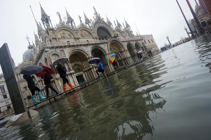 """Venezia, acqua raggiunge i 187 cm. E' la seconda marea più alta dal 1966. Il Sindaco: """"Un disastro"""""""