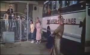 Ossona, Movibus scarica i passeggeri in piedi quando prende l'autostrada (maryin monroe in fermata d'autobus)