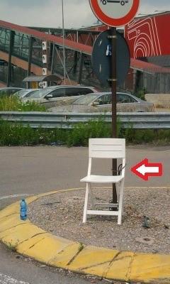 Ossona, viale Europa: la sedia e la legge Merlin
