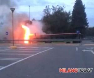 Sutobus della Movibus a fuoco a Nerviano