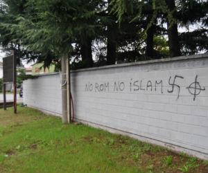 La scritta sul muro di Ossona: No rom No party, cioè no islam