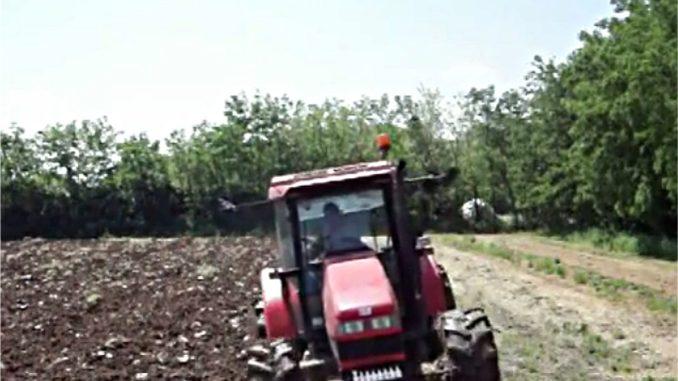 trattore al lavoro