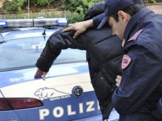 """arresto-polizia-1024x680-864x450 """"Non ce l'ho con voi, ma con quella lá"""" dice ai poliziotti. Lo arrestano per atti persecutori Cronaca Milano Storia e Cultura"""