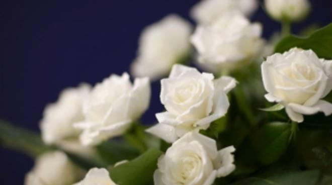Rose bianche sulle bare lultimo saluto alle 26 migranti recuperate dalla nave Cantabria