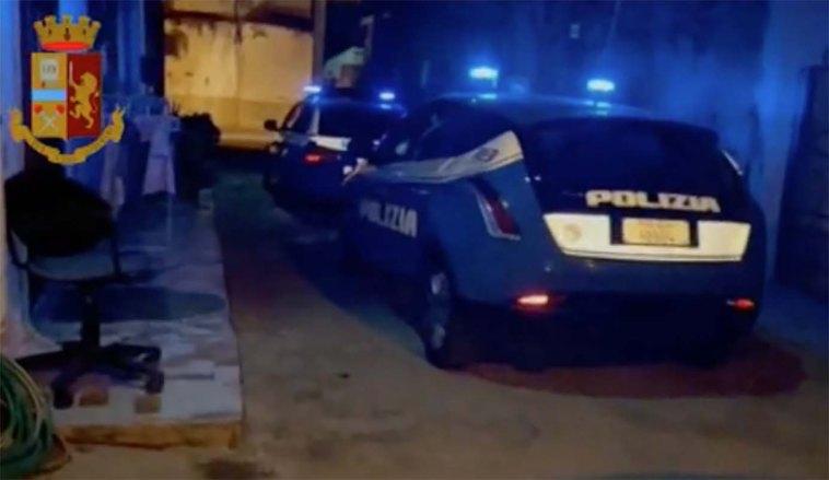 Napoli, uomo morto in strada a Pianura: dubbi sul suicidio