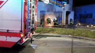 Incendio distrugge deposito Weng Shopping di Casagiove