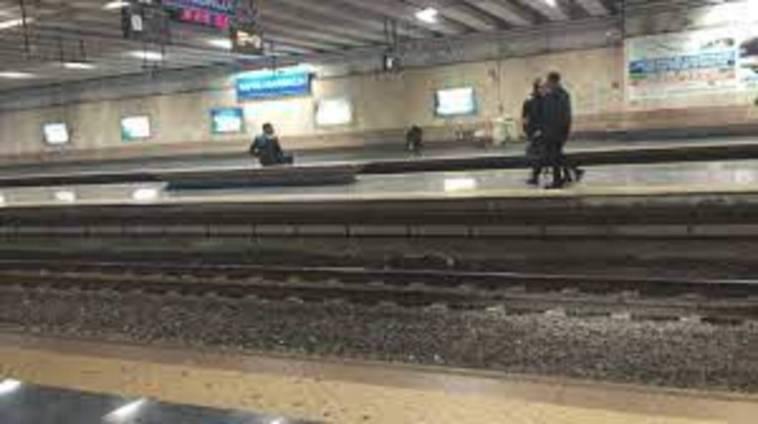 Napoli, danneggia la stazione della Circum di piazza Garibaldi: arrestato