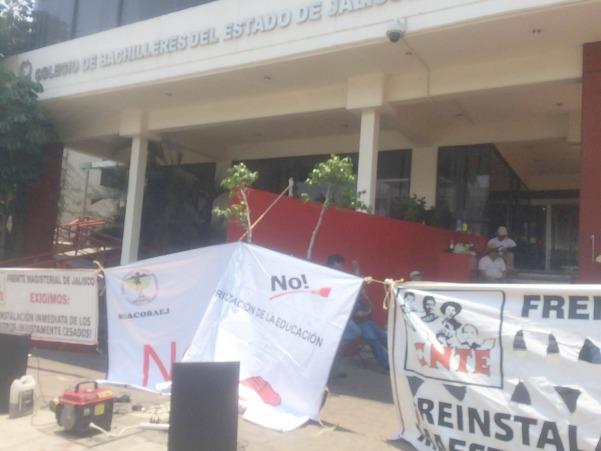 Por despidos injustificados, toman instalaciones del Cobaej | La Crónica de Hoy - Jalisco