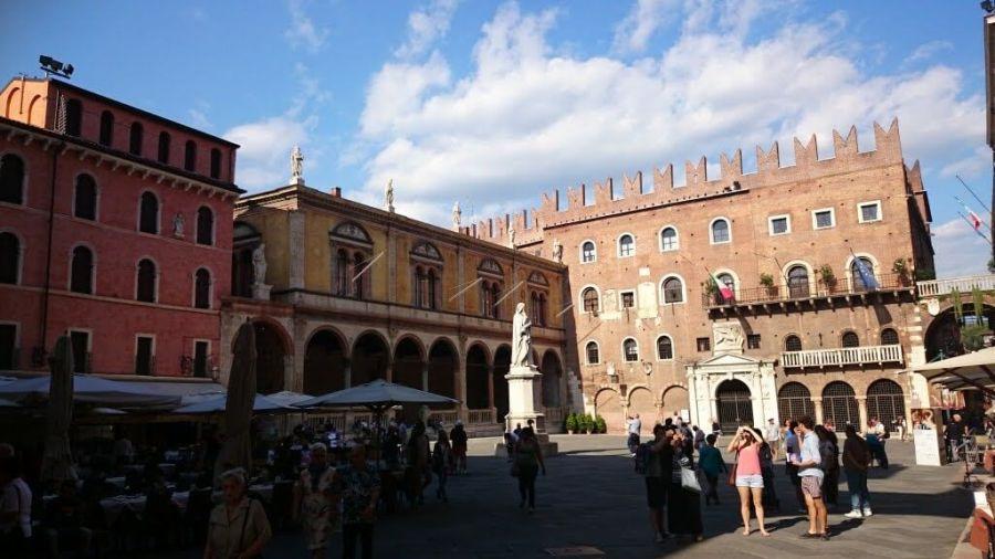 Qué ver en Verona en un día. Piazza dei Signori. Monumento a Dante