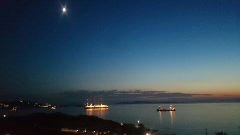 Un día en Mykonos. Cae la noche.