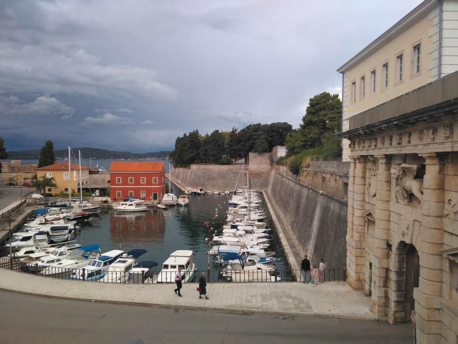Puerta Terraferma y puerto de Foša.