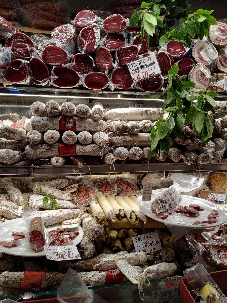 Antipasti italianos. Tienda de embutidos tradicionales.