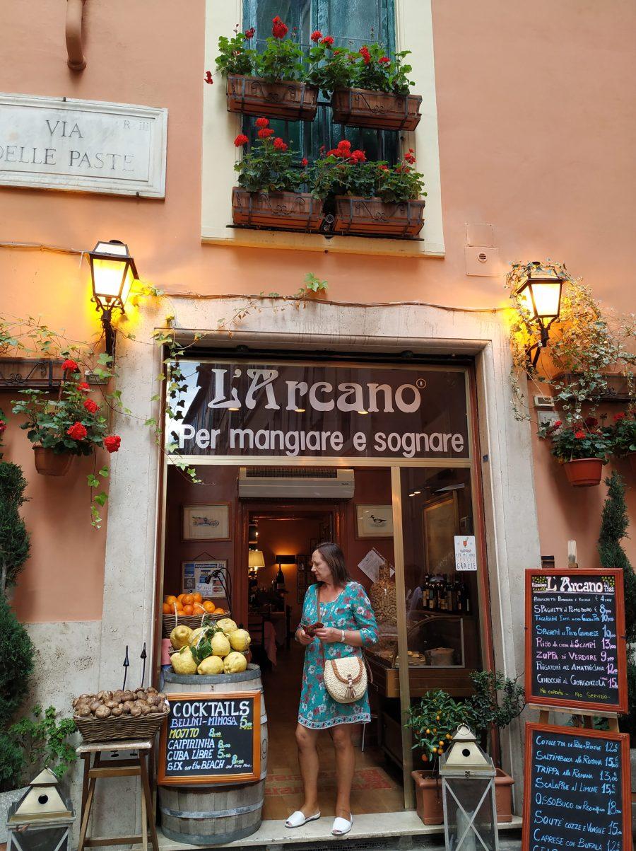 Entrada a un restaurante de la zona cercana a Trevi.