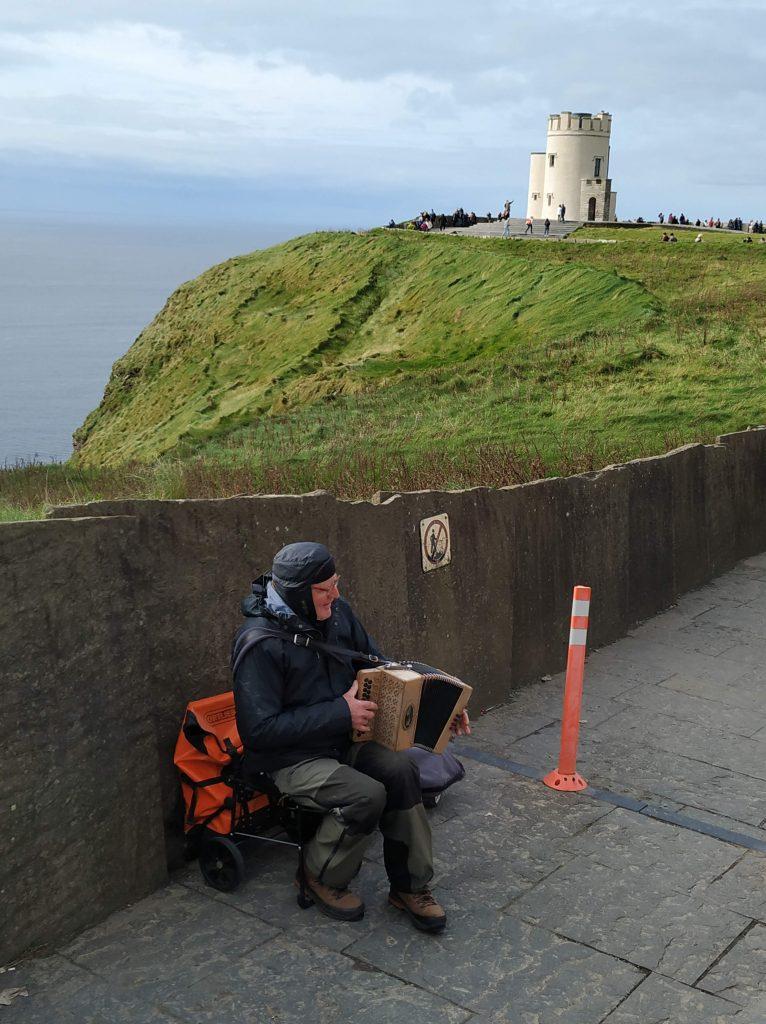Música en Moher en las proximidades de la Torre O'Brien