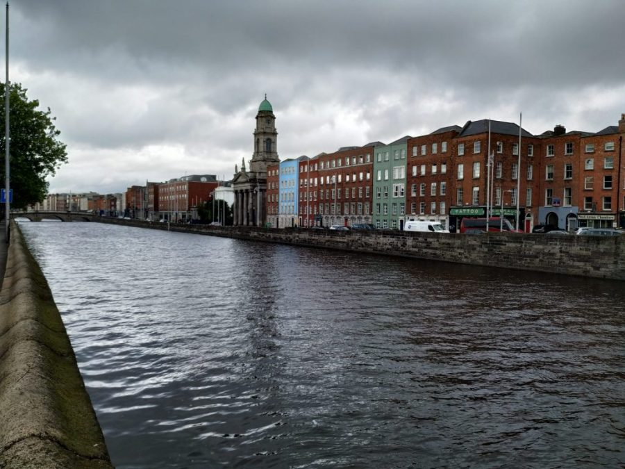 Paseo al lado del Liffey, Dublín, Irlanda.