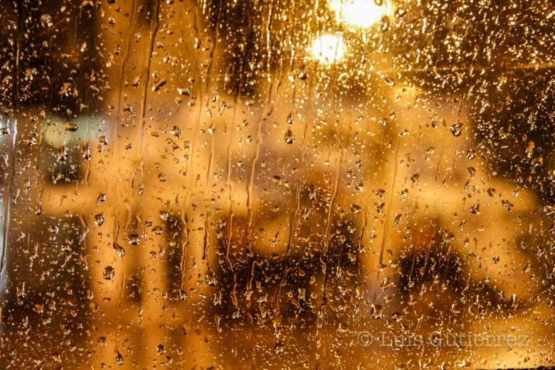 La noche de ayer una lluvia refesco las calles sin causar problemas en la ciudad ya que la cantidad de agua fue muy poca.