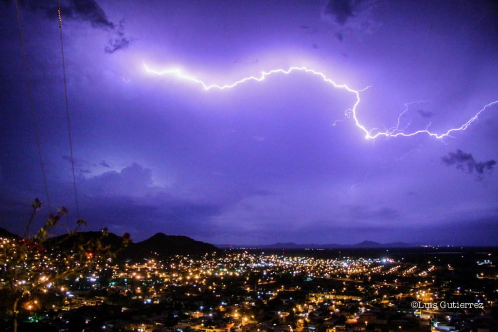 Con una tormenta eléctrica al poniente de la ciudad inicio una lluvia que provoco derrumbes de arboles y postes en algunas las calles céntricas.