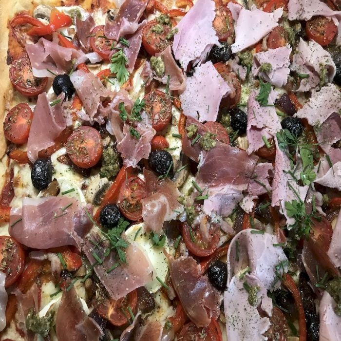 pizza des titans est délicieuse et copieuse. avec son jambon blanc de qualité supérieur. cette pizza xxl est réservé aux bon mangeurs. bonne appétit !