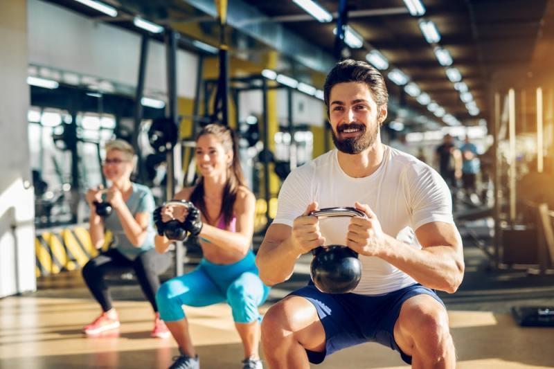 mejores ejercicios de crossfit con pesas rusas