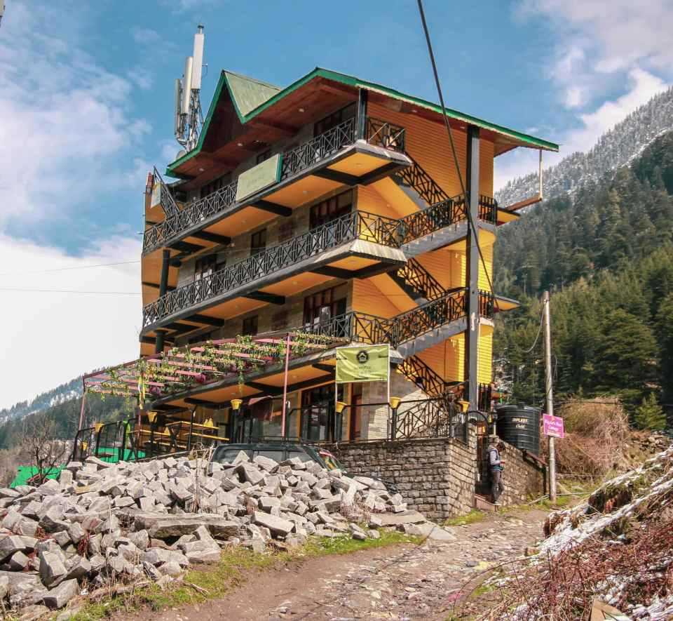 I stayed at the Hosteller during my Solo Manali Trip