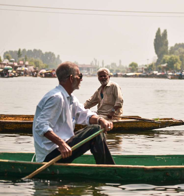 Srinagar Travel Guide - Meeting each other