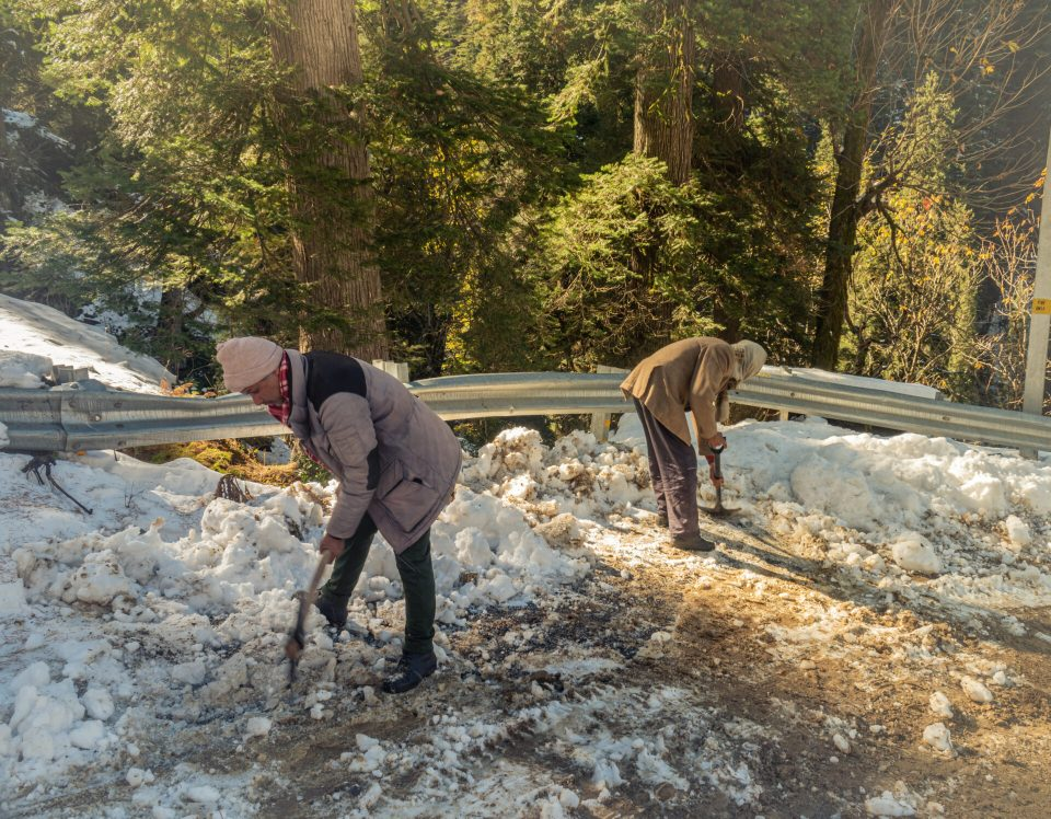 People clearing the roads full of snow at Shoja