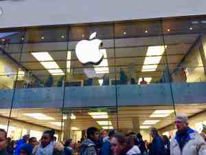 apple-store-munich-germany-crowd