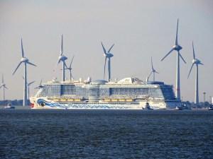 AIDAnova -Drehen vor Emden