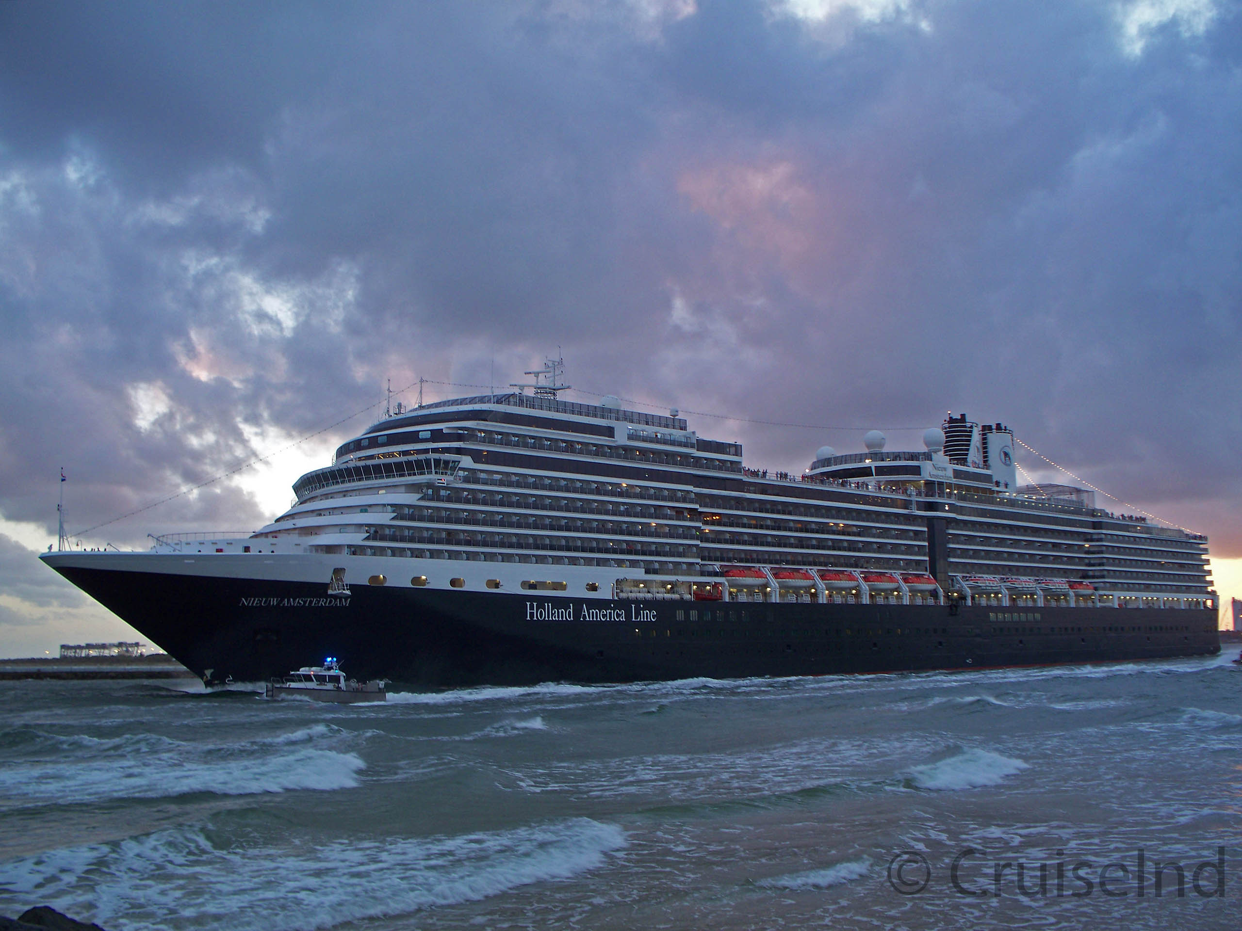 Nieuw Amsterdam departing Port Everglades ©CruiseInd