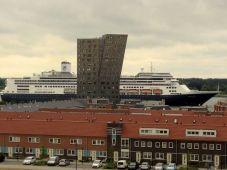 Foto gemaakt in Maassluis met op de voorgrond de wijk Het Balkon van Maassluis, de Rotterdam passeert de woontoren De Elbe. - Ben Hunnego, 22 juni 2013