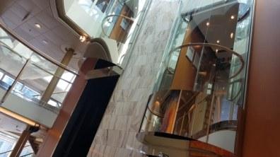 Atrium met liften