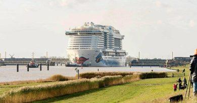 Video's: AIDAcosma arriveert in Eemshaven na succesvolle Eemstocht