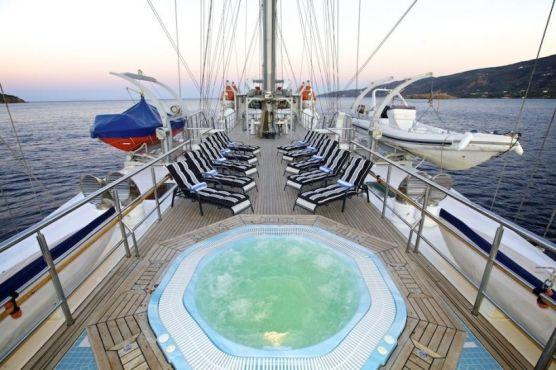 waves-crewed-sailing-yacht-04