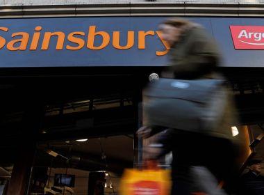 Sainsbury recule du sommet de trois ans alors que le FTSE 100 glisse