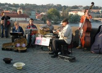 Artistas de Rua actuando na Ponte Karlovo