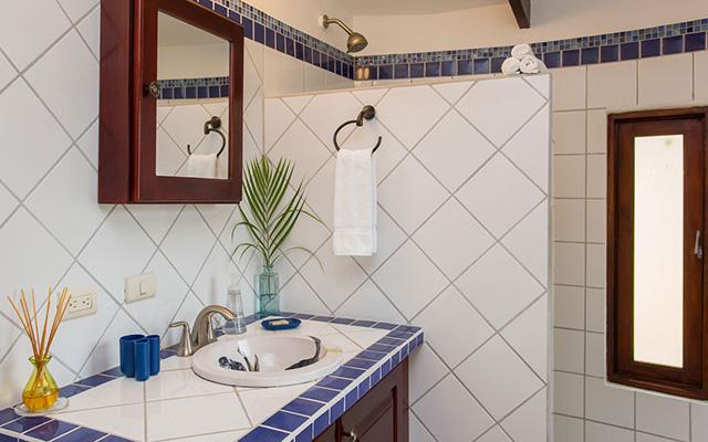 Discovery Beach House master bathroom