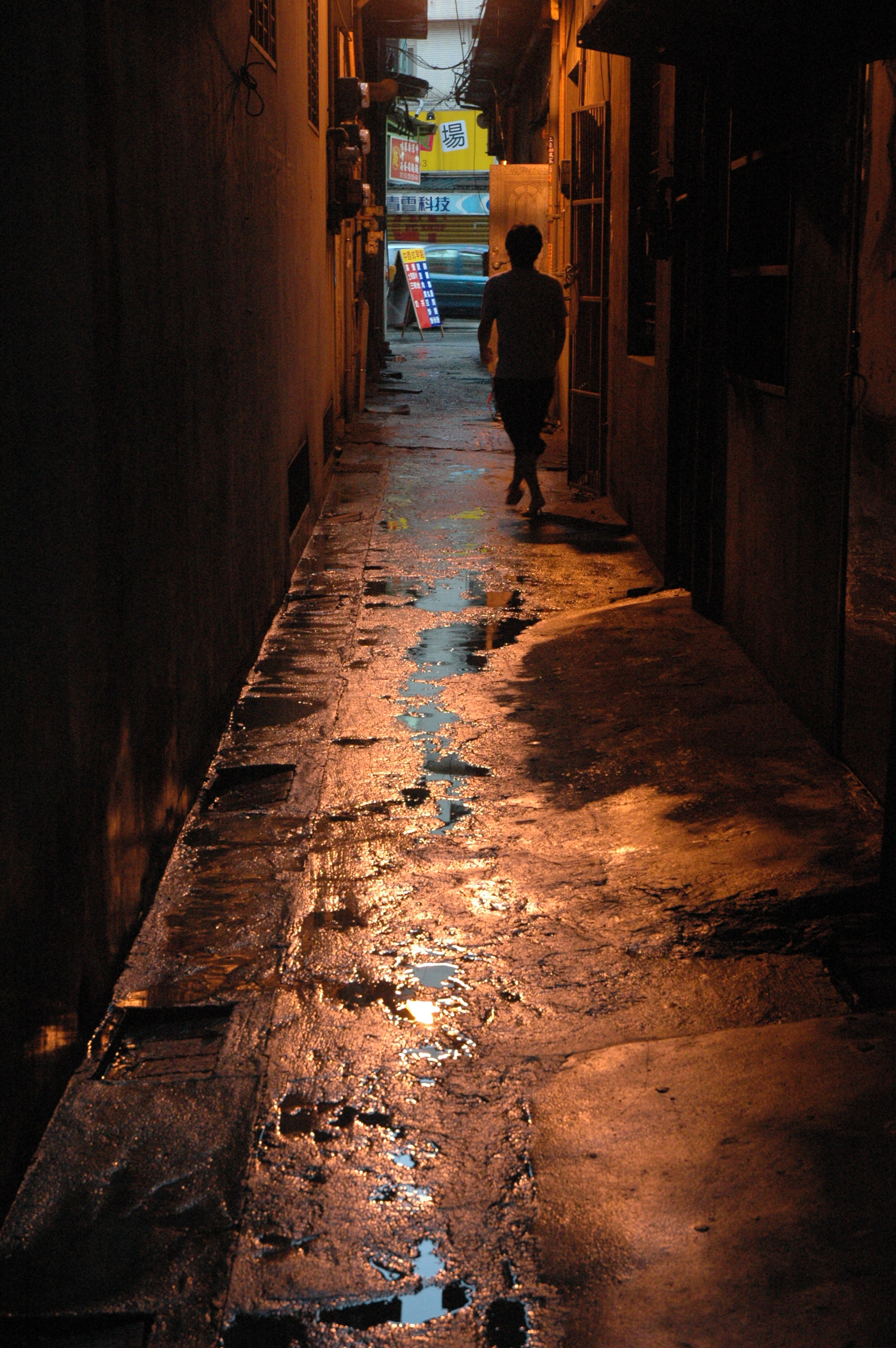 200407191812_Lighted_Alley_in_the_rain
