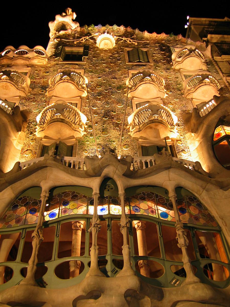 Casa Batll at night